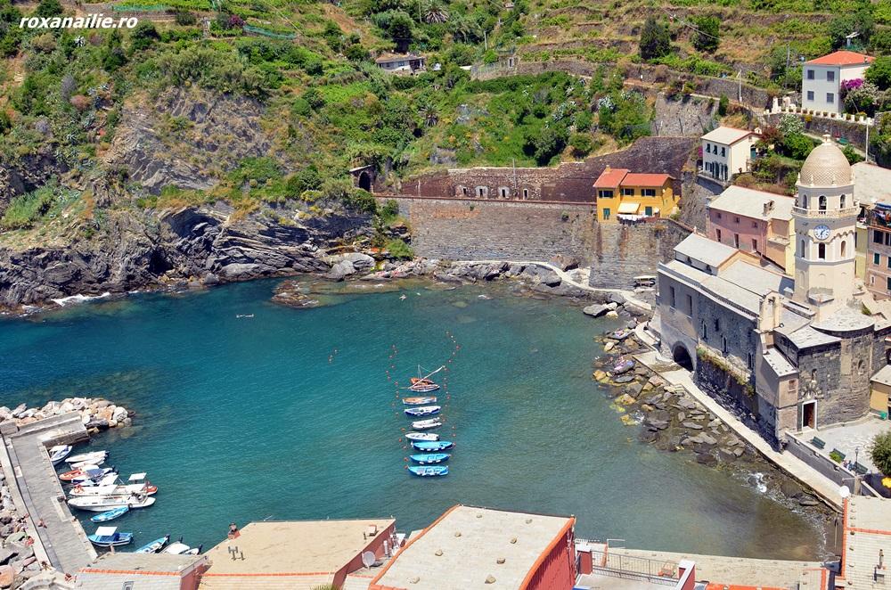 Portul Vernazza, linistit și colorat la poalele castelului Doria cel gri