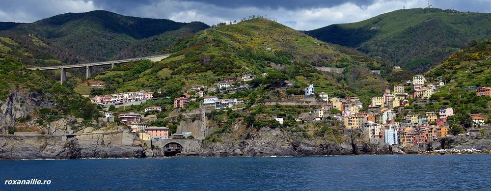 Cinque Terre de pe mare, un regal de culoare și apă