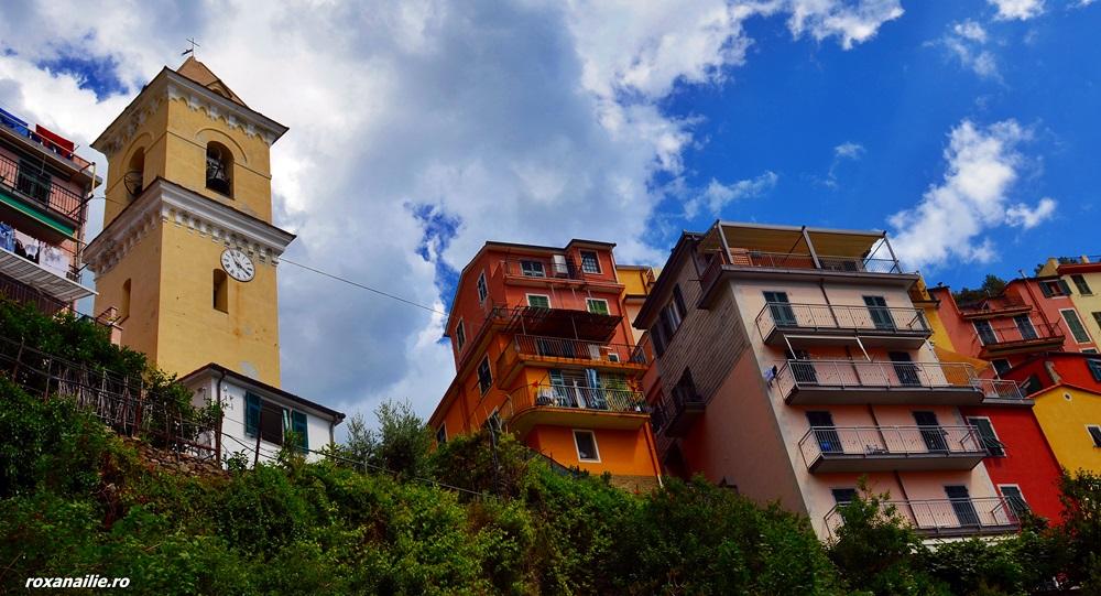 Culoarea din Manarola te privește intens de sus, chemându-te la ea