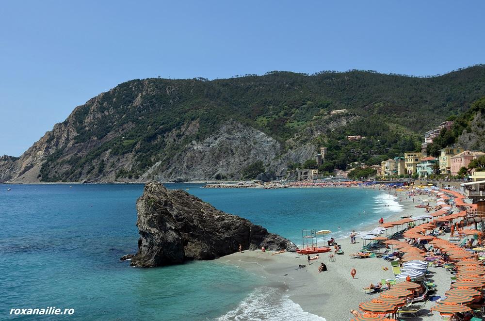 Plaja in Monterosso, intimă, colorată, tandră