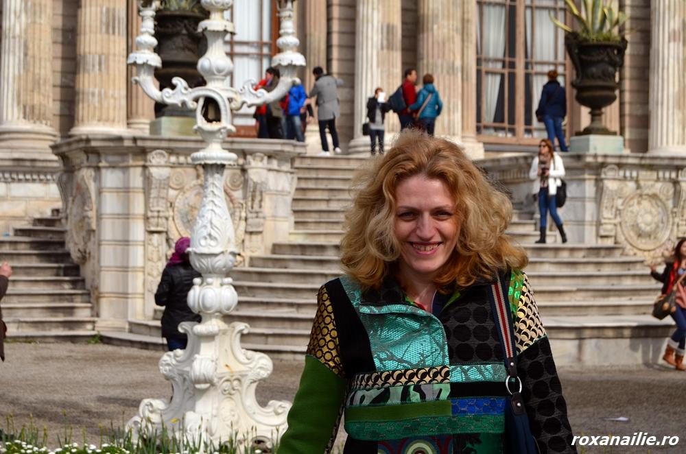Marketer călător zâmbitor la porțile palatului Dolmabahce