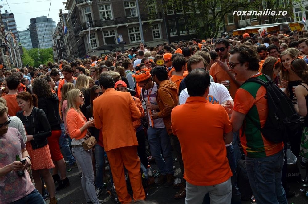 La fiecare colț de stradă o ambuscada portocalie dansantă