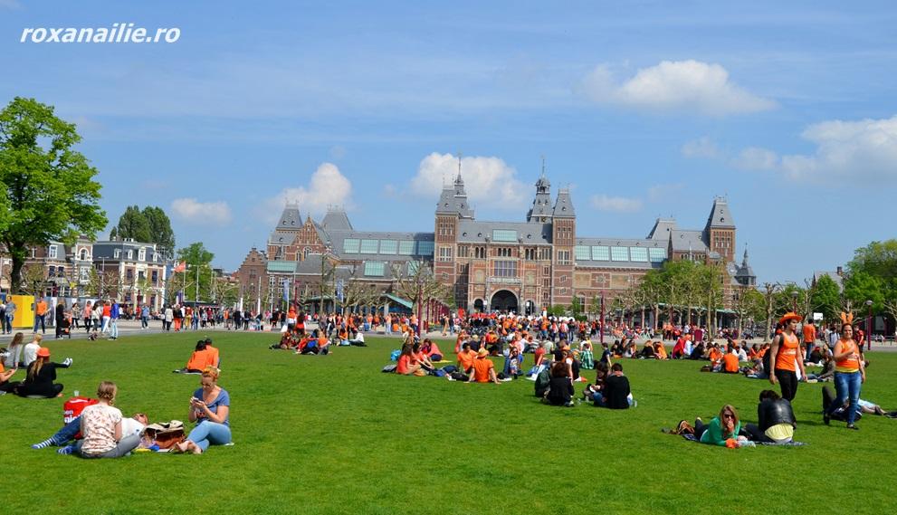 Un Rijksmuseum în portocaliu, verde și soare