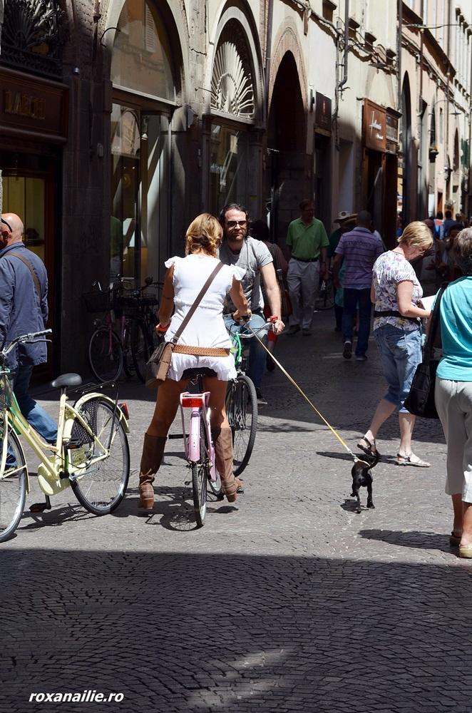 Bicicliști unul și una pe străzile din Lucca