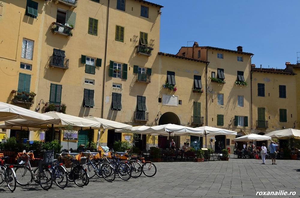 Piazza dell'Anfiteatro din Lucca, o oaza solară de farmec