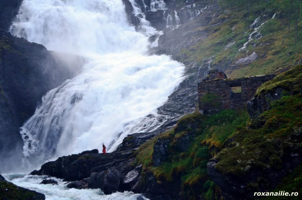 Spectacol total de muzica, apa si dans la cascada Kjosfossen