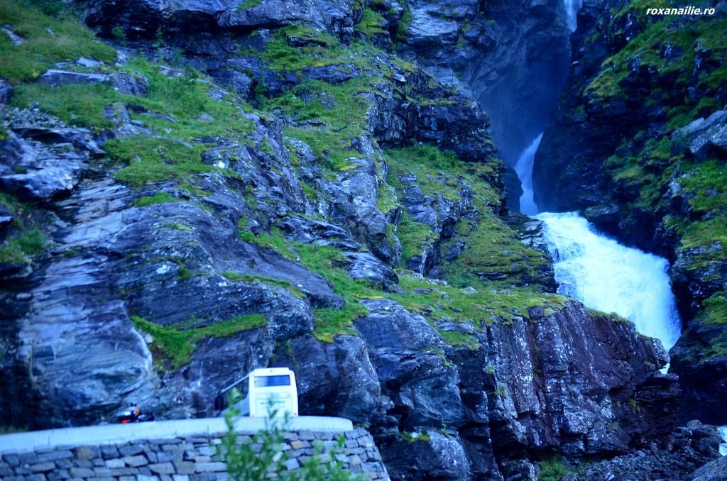 Cu autocarul printre cascade, serpuiri de drum si stanci