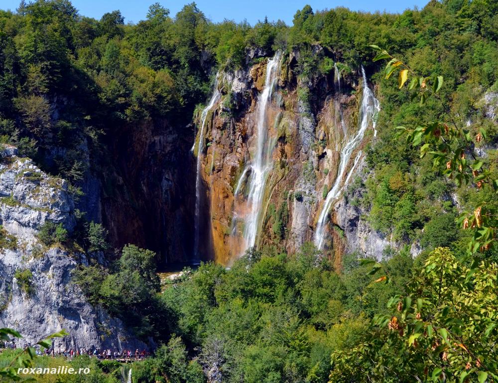 Minusculi lângă cascada vedetă din Plitvice