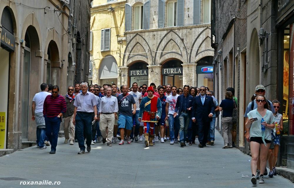 Membrii contradelor (contradaiolo) în plină desfășurare pe strazile Sienei