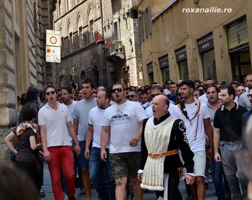 Membrii contradelor în drumul spre Piazza del Campo