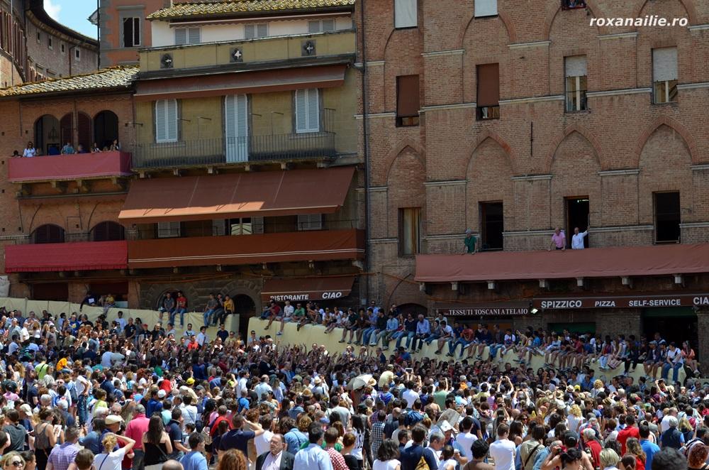 Piazza del Campo este invadata de galeriile contradelor