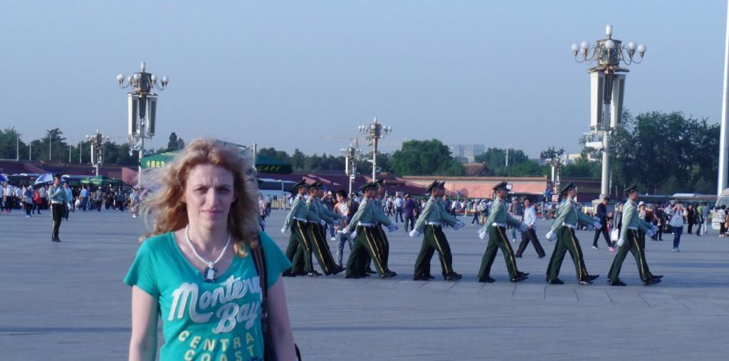 Soldatii iti reamintesc ca esti totusi in Tiananmen