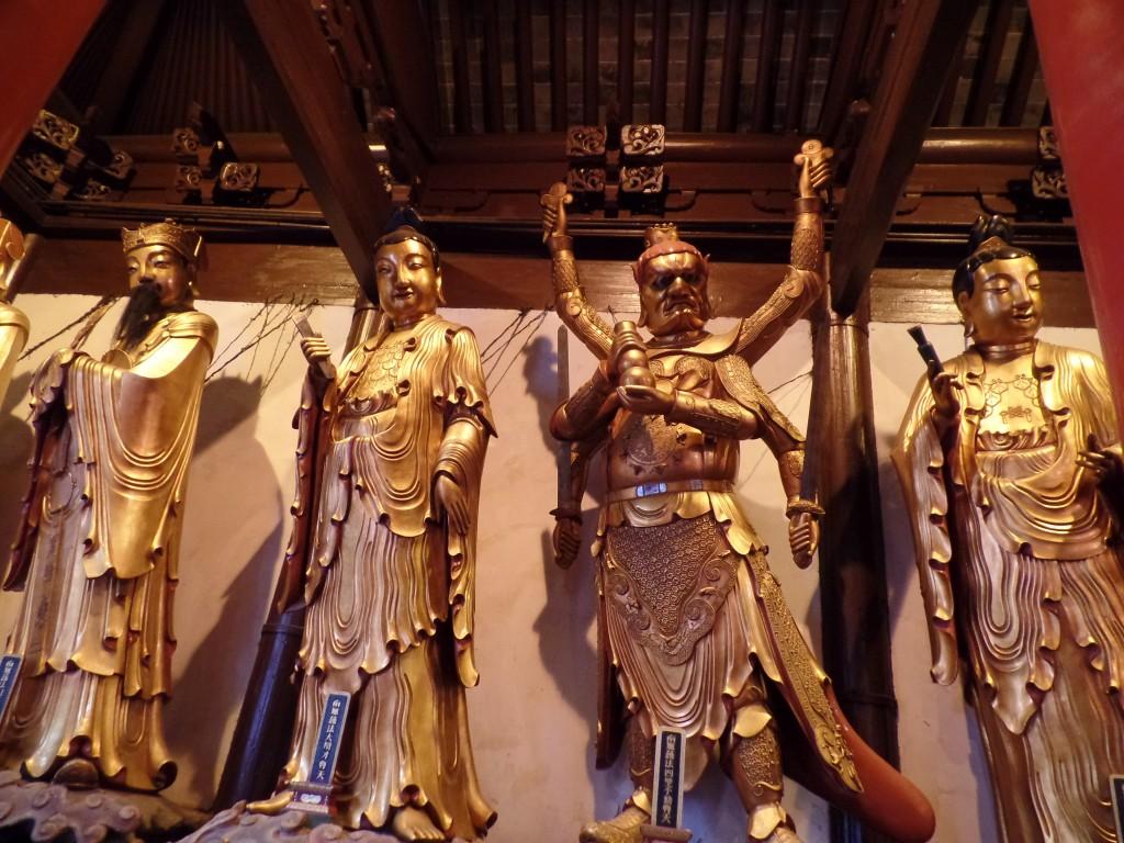 Shanghai galben. La Templul lui Budha de jad nici restul statuilor nu se lasa mai prejos. Si sunt cateva zeci de astfel de statui.