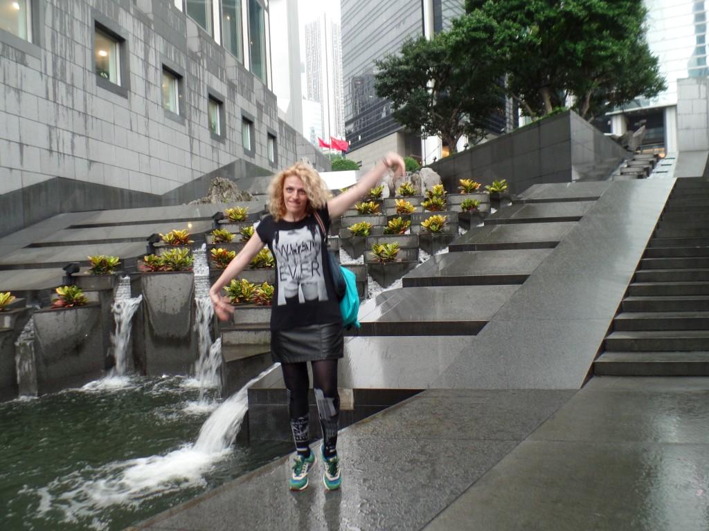 Baletând printre curgerile de apă din cerul şi de pe pământul Hong Kongului :)