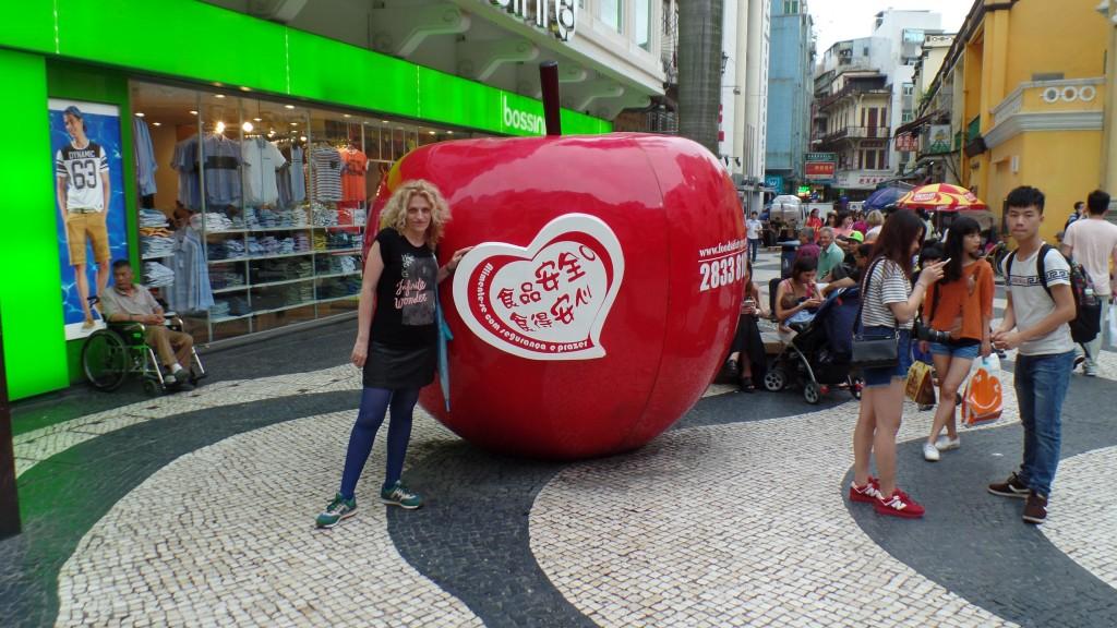 În zona tipic portugheză, hop un măr provocator. Nu-i cunosc semnificaţia, dar nu e rău, măcar cromatic