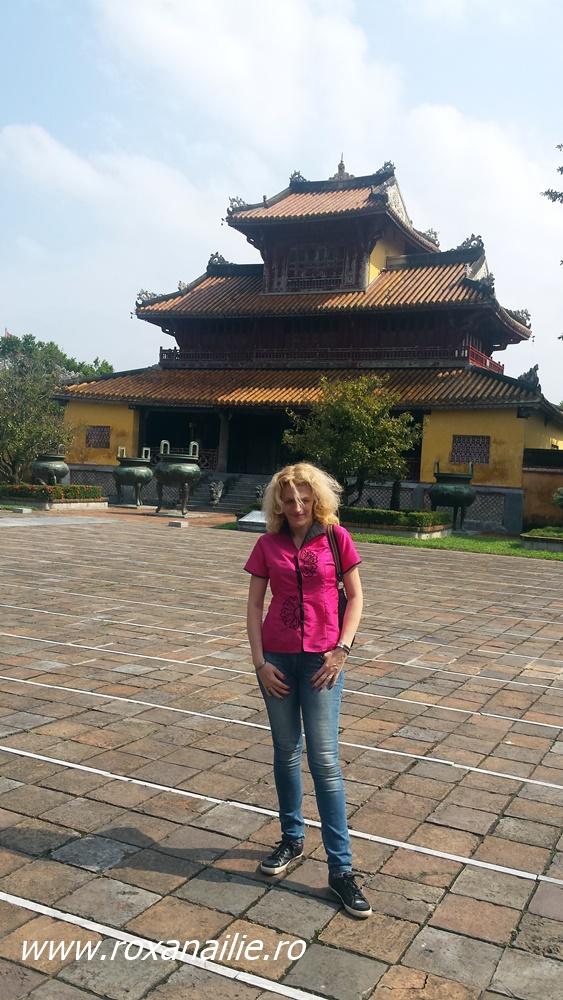 Prin curtea Palatului regal (Thai Hoa palace)