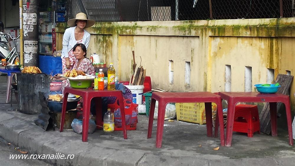 Cu masă, cățel și purcel pe străzile din Hue