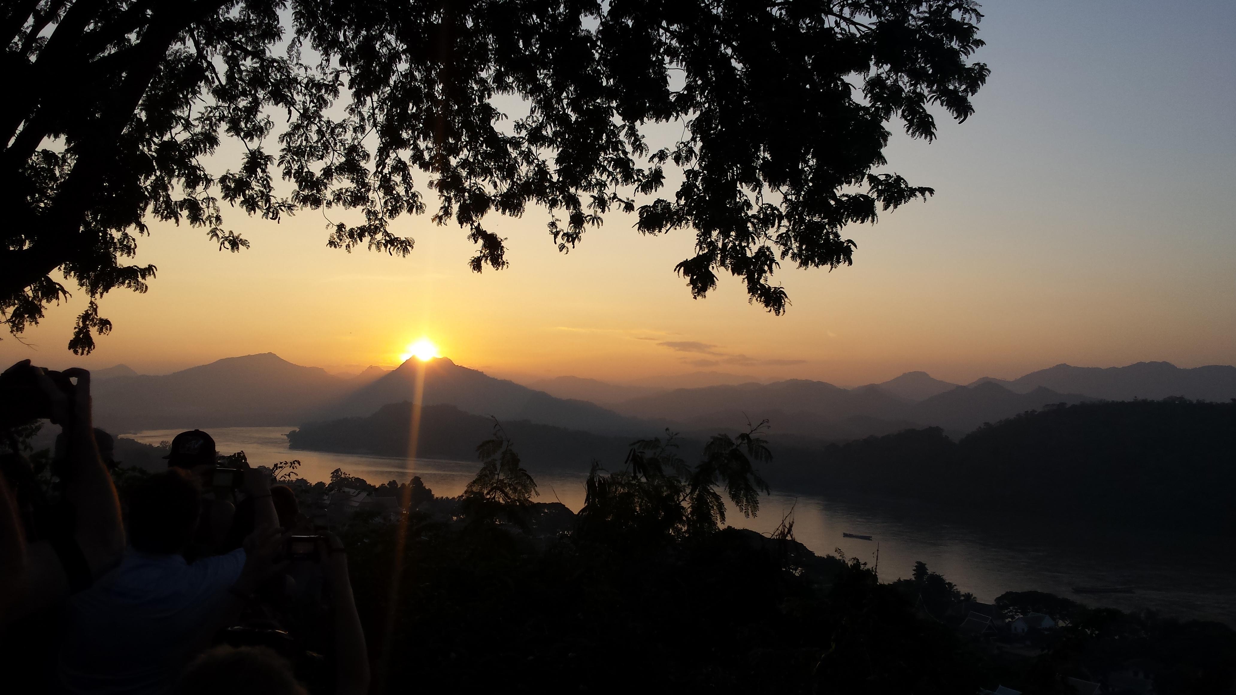 Când soarele apune peste Luang Prabang și-ți intră în suflet