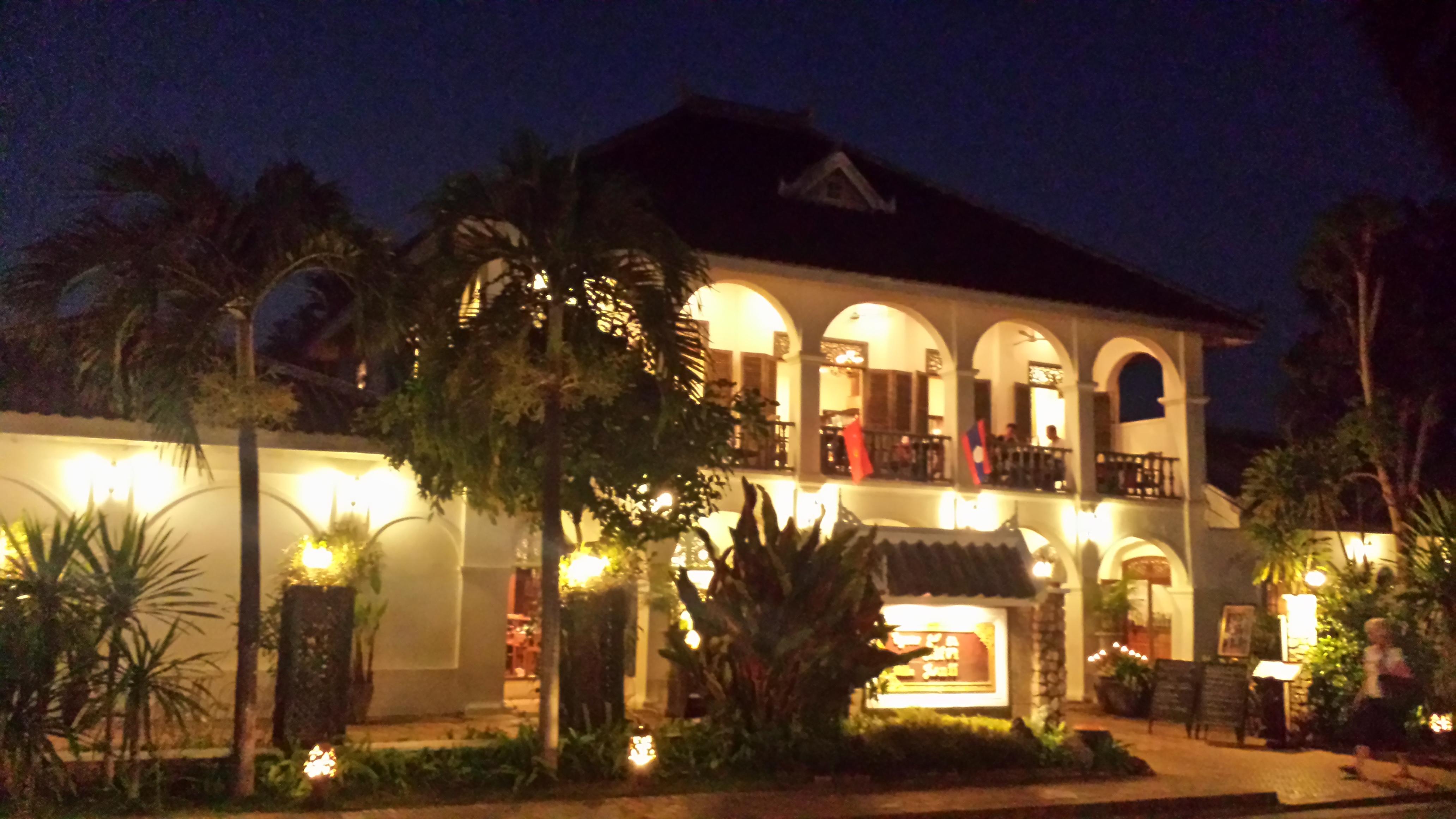 Cam așa arată Luang Prabang la ceas de seară. Zeci de vile cochete cu turiști luând masa pe terasele de la etaj