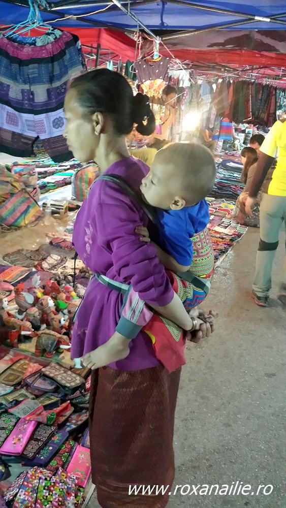 La muncă în piața de seară din Luang Pragang